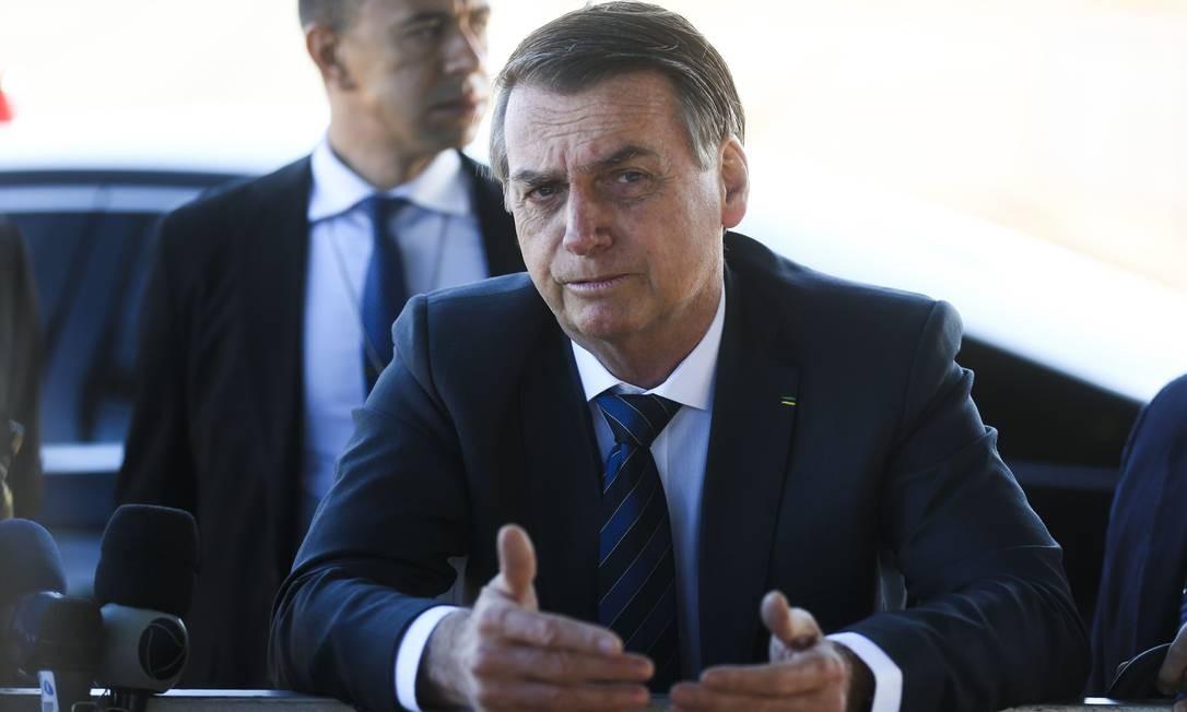O presidente Jair Bolsonaro fala à imprensa ao sair do Palácio da Alvorada Foto: Antonio Cruz/ Agência Brasil / Agência O Globo
