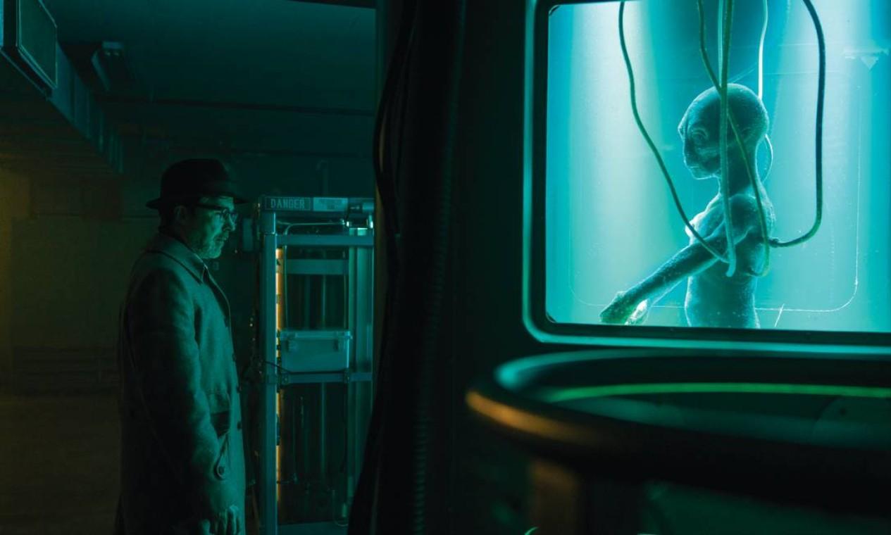 Aidan Gillen como o Dr. J. Allen Hynek na série 'Projeto livro azul' Foto: Ed Araquel / Divulgação