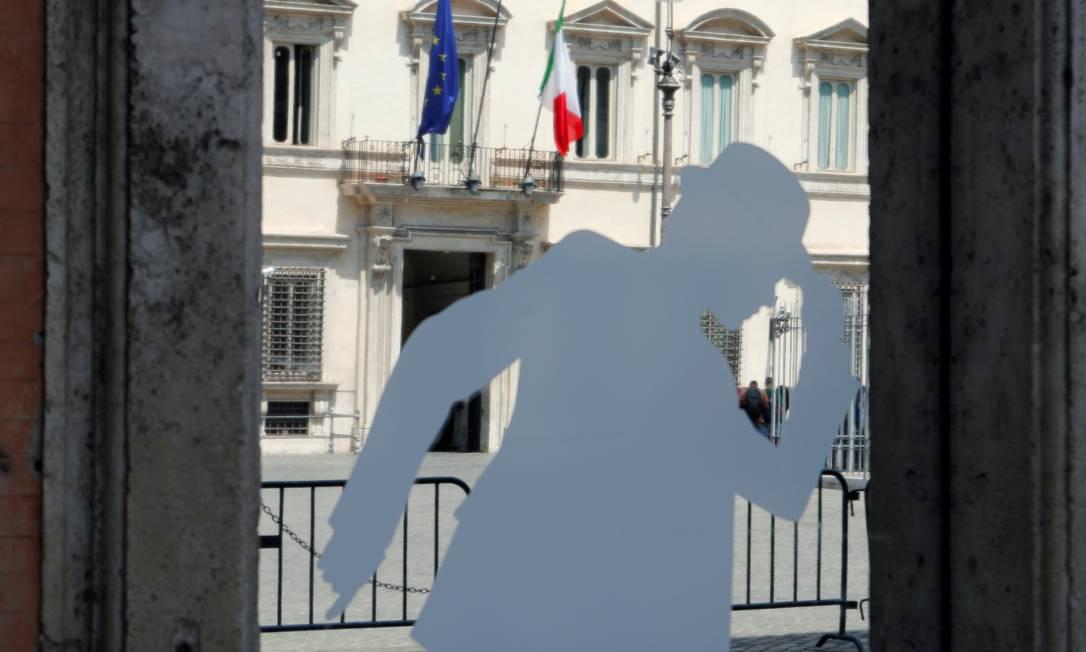 A entrada do Palácio Chigi, residência oficial do primeiro-ministro da Itália, vista da vitrine de uma loja em Roma: governo entrou em colapso com ações do líder de extrema direita Matteo Salvini Foto: REMO CASILLI/REUTERS