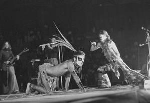 Ney Matogrosso à frente dos Secos & Molhados em show em Osasco, no ano de 1974 Foto: Ary Brandi / Divulgação