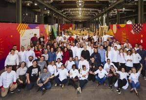 Em construção. Chefs reunidos num do armazéns do Píer Mauá, ainda em fase de montagem Foto: Leo Martins / Agência O Globo