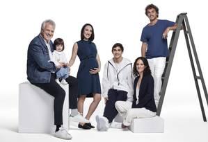 Pedro Bial com Laura, Maria (e Dora na barriga), José Pedro, Ana e Theo, na escada Foto: Bob Wolfenson