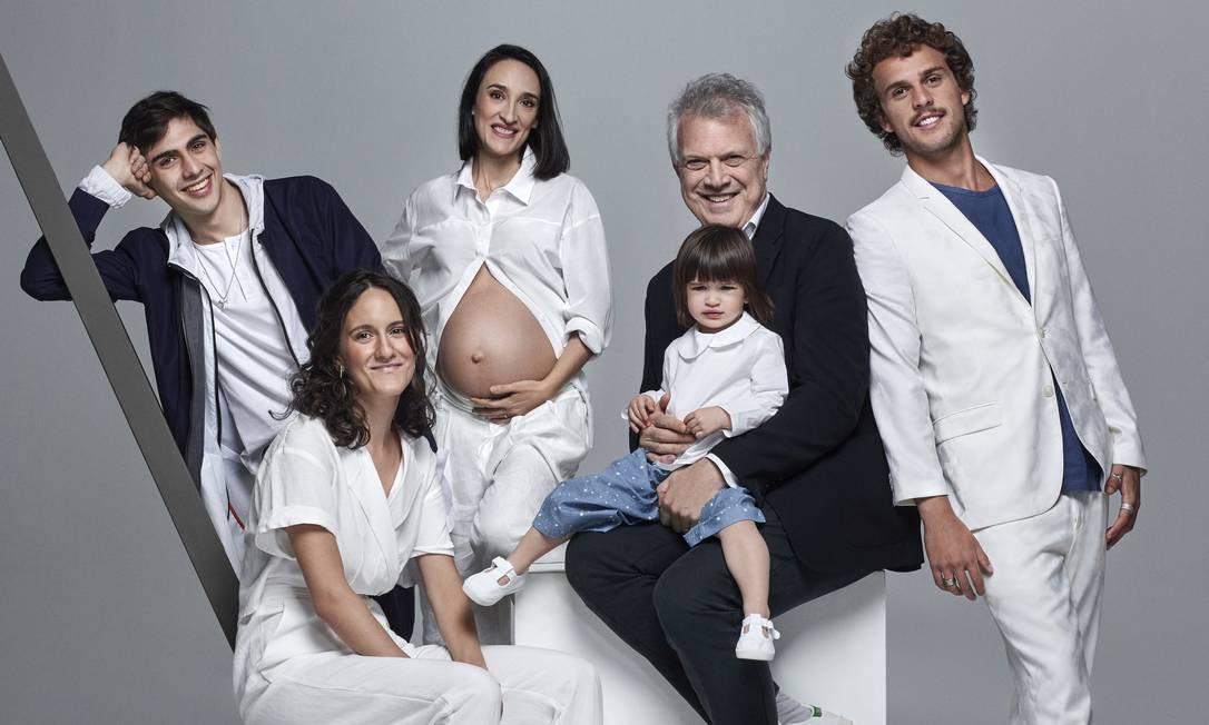 José Pedro, Ana, Maria (grávida de cinco meses), Bial (com Laura no colo) e Theo Foto: Bob Wolfenson