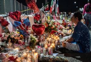 Abel Valenzuela, morador de El Paso, medita em frente ao memorial improvisado às vítimas Foto: PAUL RATJE / AFP