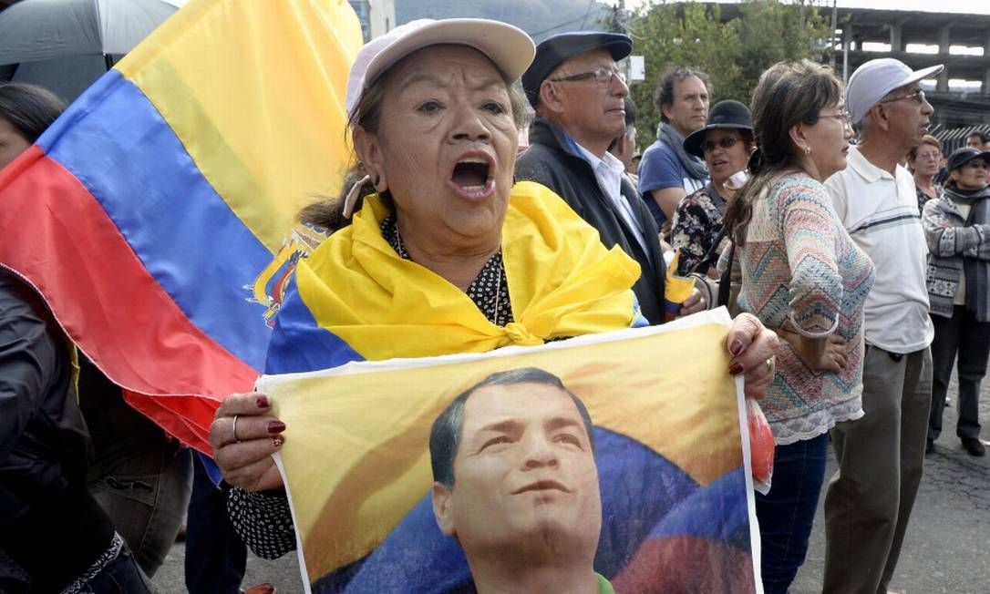 Apoiadores do ex-presidente do Equador, Rafael Correa, protestam do lado de fora do Tribunal Nacional de Justiça, em Quito Foto: RODRIGO BUENDIA / AFP 18-6-18