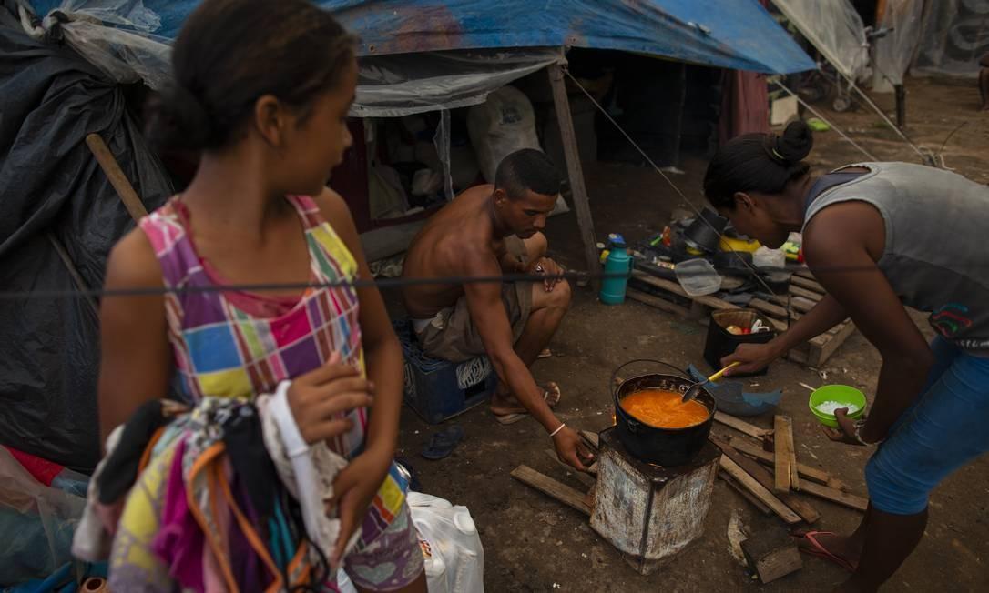 David Pinto e sua familia também estocam alimentos para poderem voltar à Venezuela. Entre 2015 e março de 2019, Brasil registrou mais de 103 mil solicitações de refúgio e de residência temporária Foto: Daniel Marenco / Agência O Globo