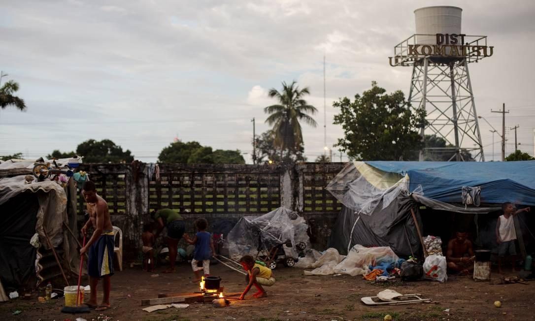 Fora dos abrigos, estes venezuelanos ocupam um terreno abandonado para se estabelecer em Boa Vista (RR), enquando não conseguem voltar para seu país ou mudarem de cidade no Brasil. Foto: Daniel Marenco / Agência O Globo