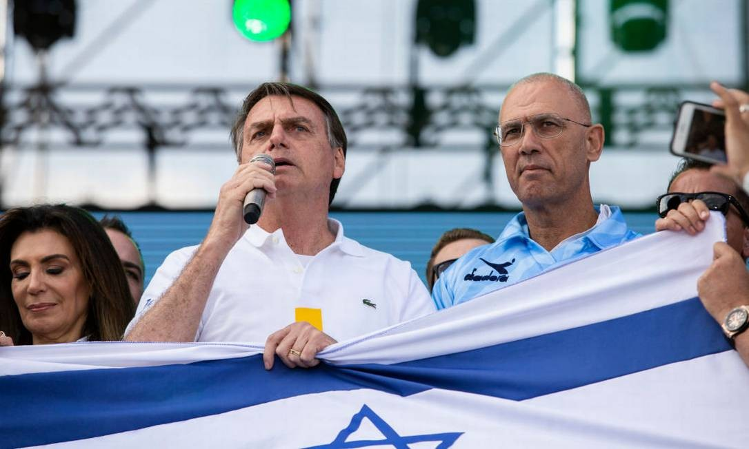 O presidente Jair Bolsonaro ao lado do embaixador de Israel Yossi Shelley durante a Marcha Para Jesus, em junho Foto: Rebeca Figueiredo Amorim / Getty Images
