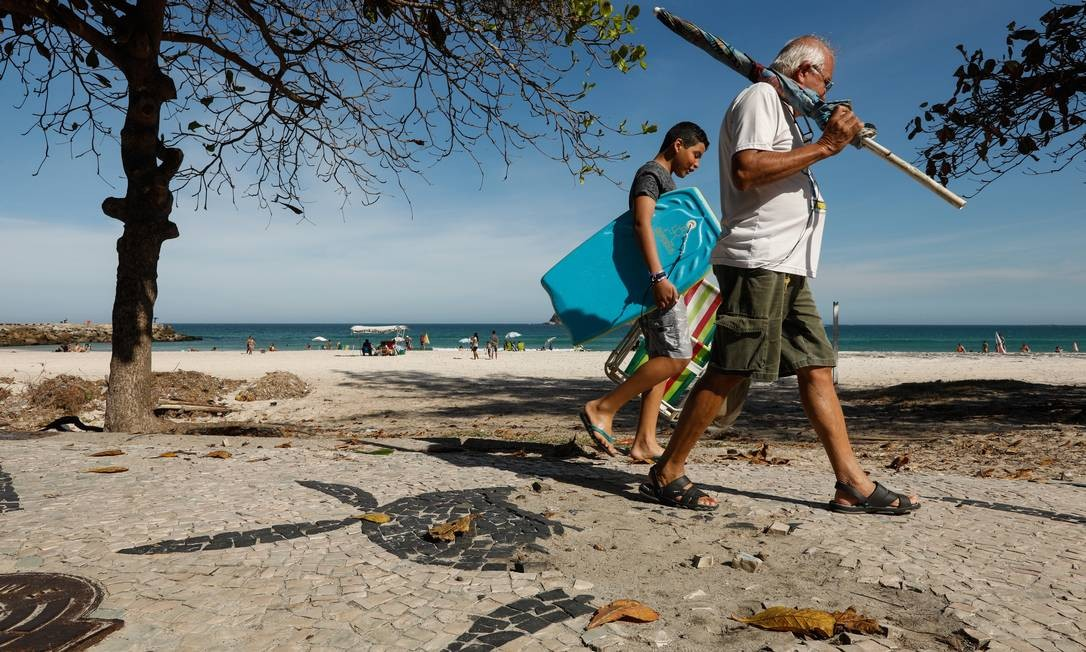No posto 1 da praia da Barra, perto do quebra mar, não é diferente. Calçada tem diversos trechos com buracos Foto: BRENNO CARVALHO / Agência O Globo