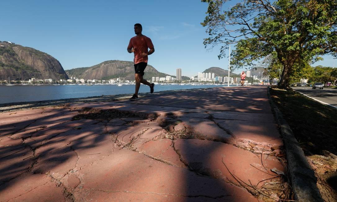 Rachaduras tomam conta da ciclovia na praia de Botafogo, Zona Sul do Rio Foto: BRENNO CARVALHO / Agência O Globo