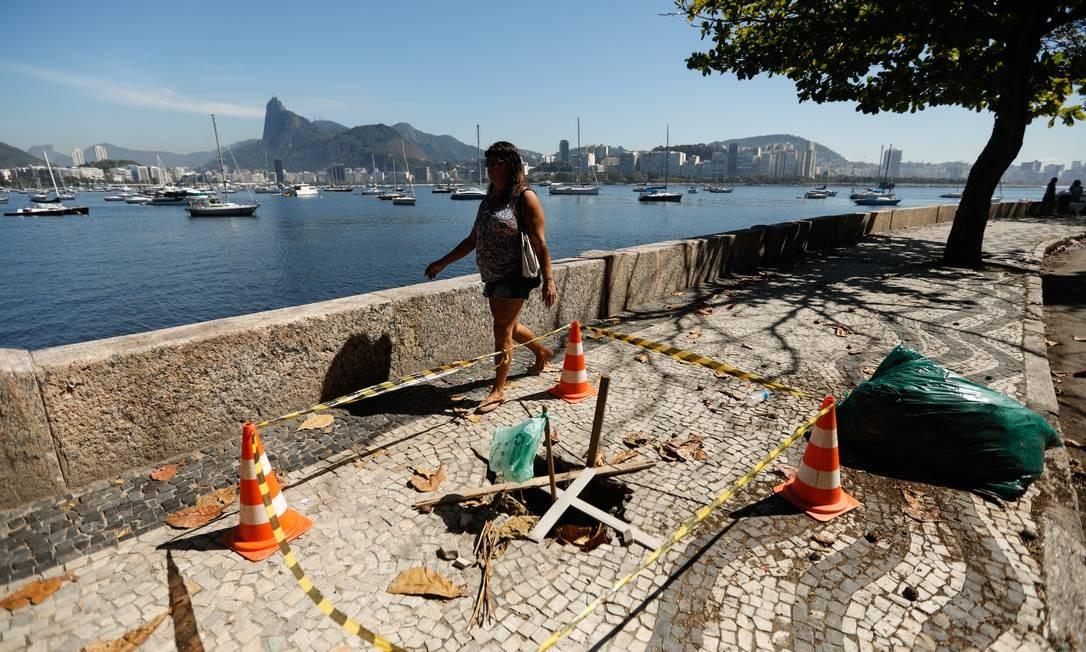 Calçada esburacada na Urca, na Avenida João Luiz Alves, em frente ao número 136 Foto: BRENNO CARVALHO / Agência O Globo