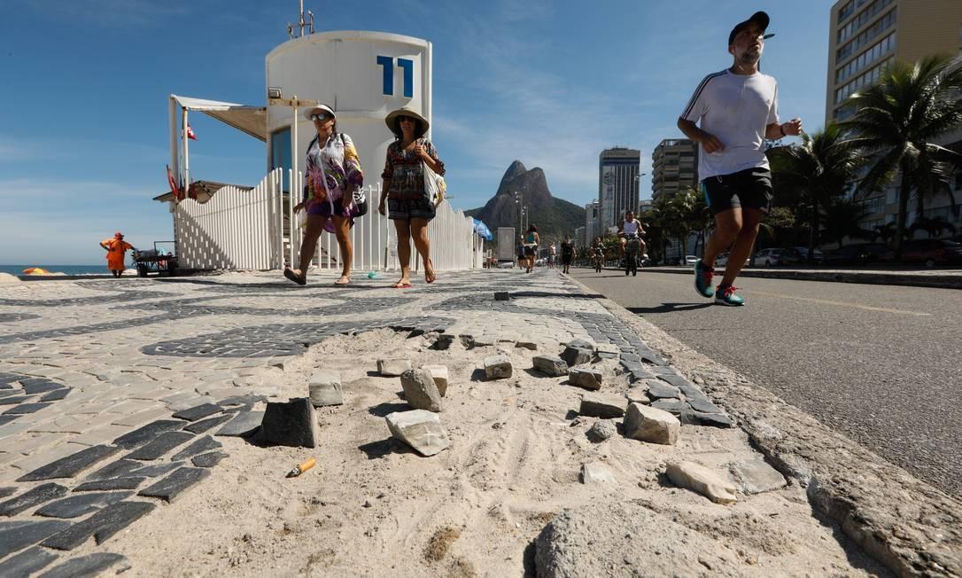 Falta de pedras portuguesas desfigura calçadões da cidade, como neste trecho do Leblon, próximo ao posto 11 Foto: BRENNO CARVALHO / Agência O Globo