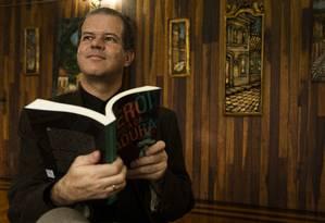 """Criador. Anderson Madeira apresenta seu livro """"Niterói na época da Ditadura"""" Foto: Roberta Moreyra"""