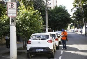 Guardador preenche a ficha na Rua Cinco de Julho, no Jardim Icaraí: agentes continuarão atuando Foto: Fábio Guimarães / Agência O Globo