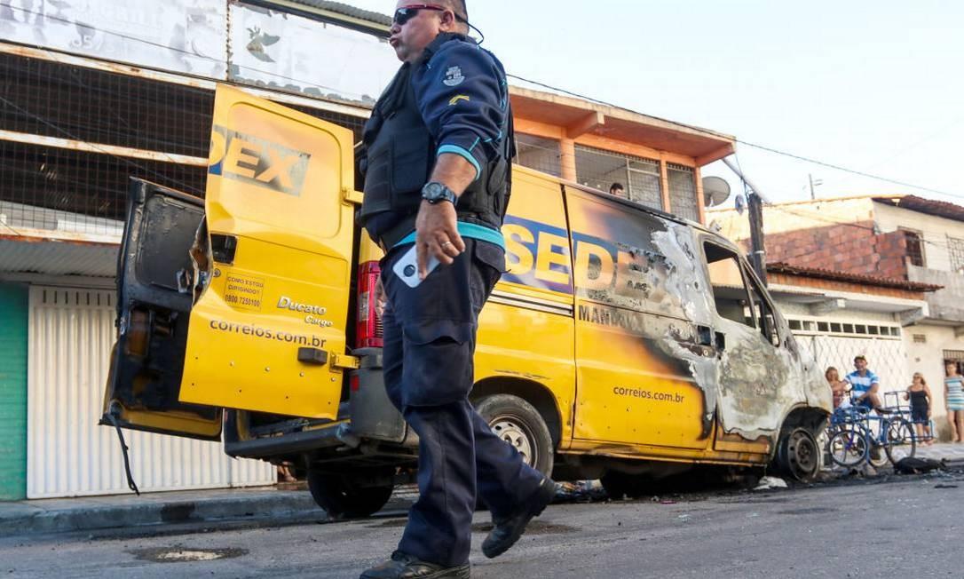 Guarda de segurança passa em frente à caminhonete dos Correios queimada em janeiro, Fortaleza Foto: Alex Gomes / picture alliance via Getty Image