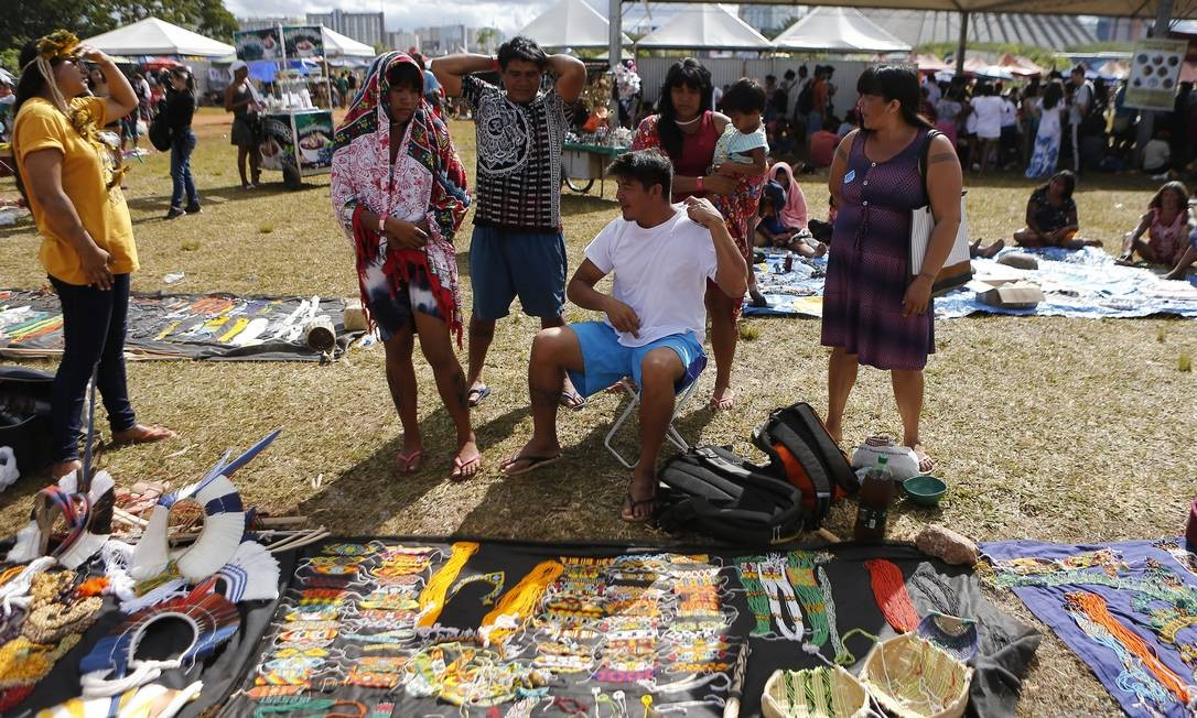 Indígenas expõem artesanato em acampamento em Brasília 26/04/2019 Foto: Jorge William / Agência O Globo