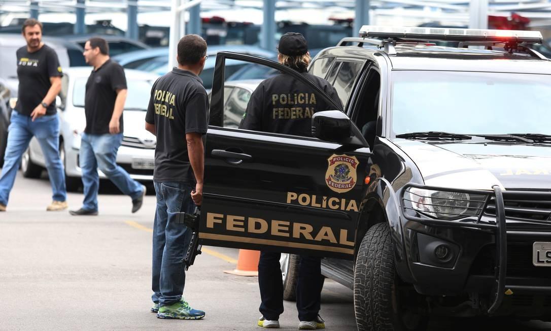 Carro da Polícia Federal durante operação Foto: Fabiano Rocha / Agência O Globo