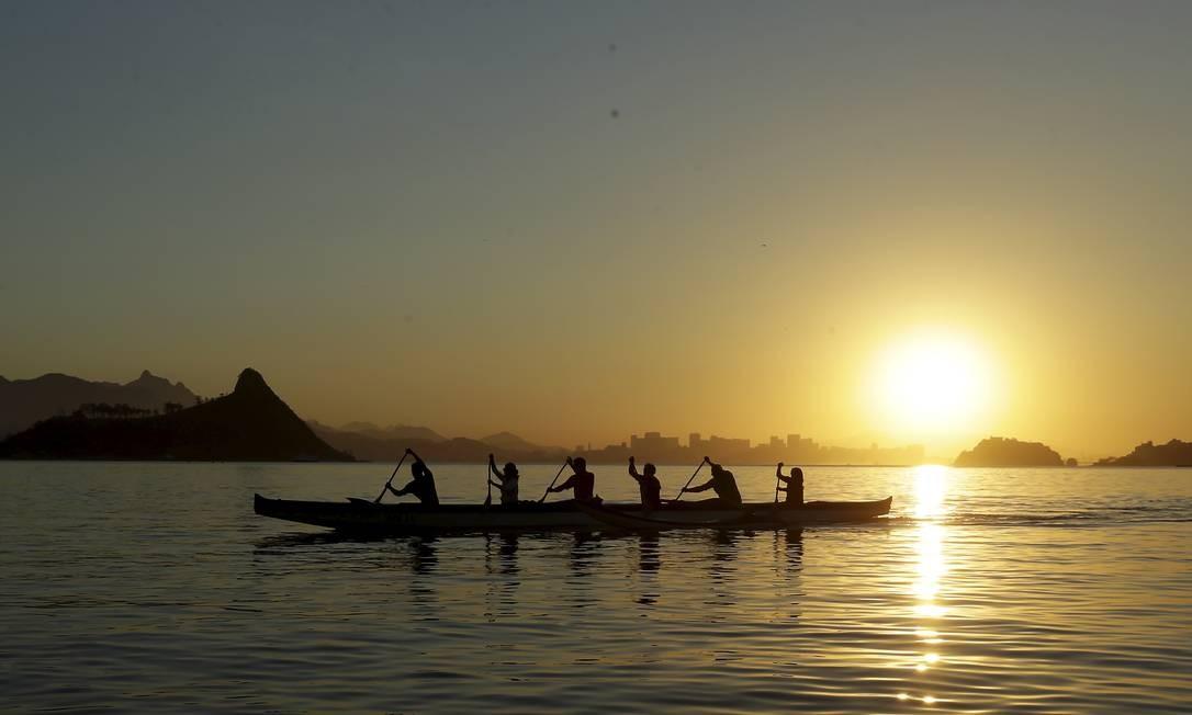 Praticantes de conoa havaiana na praia de Charitas, Niterói. A rede de coleta de esgoto cobre 94% do município Foto: Marcelo Theobald / Agência O Globo