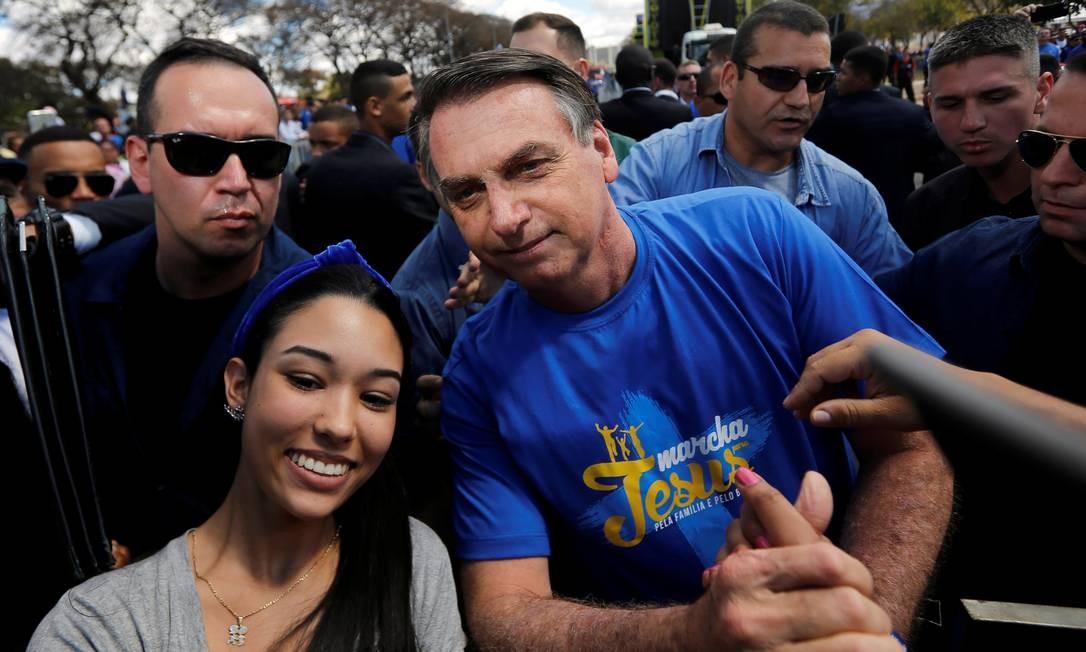 Presidente posou para fotos na Marcha Para Jesus Foto: ADRIANO MACHADO / REUTERS