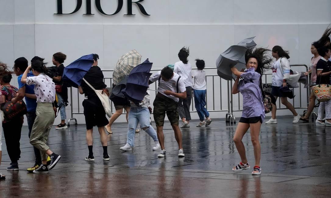 Tempestade e ventos fortes atingiram o leste da China na passagem do Tufão Lekima Foto: ALY SONG / REUTERS
