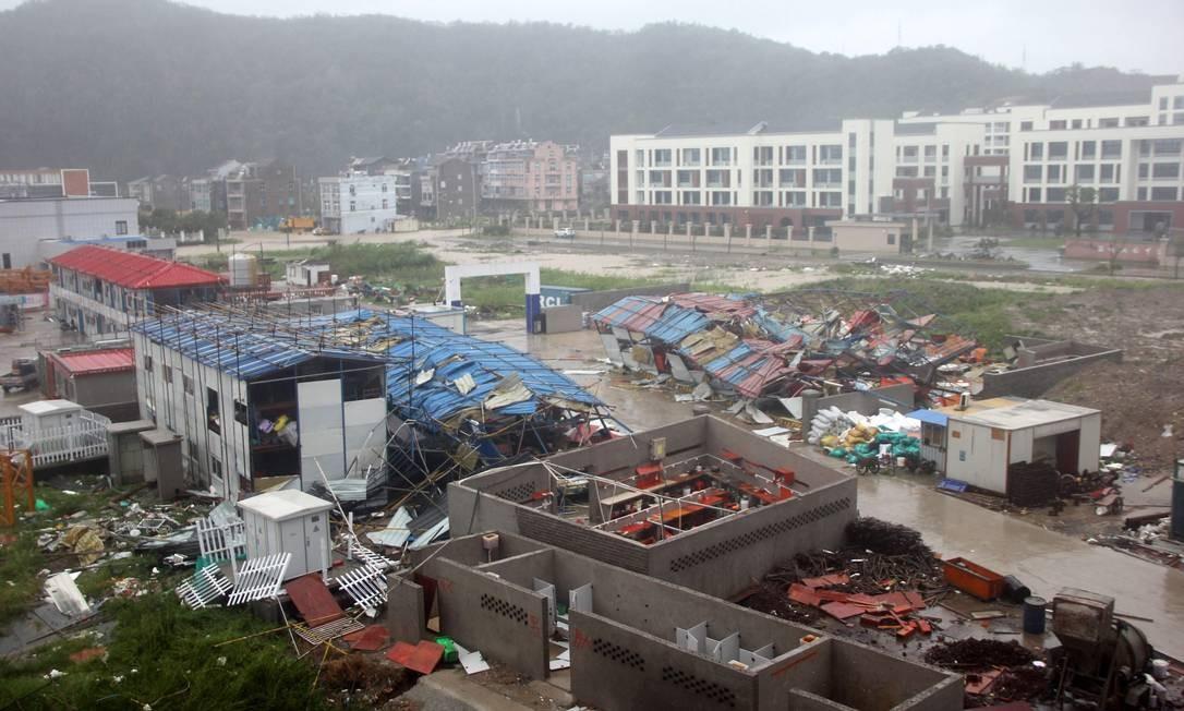 Alojamentos de operários destruídos em um canteiro de obras na cidade de Wenling, na província de Zhejiang, leste da China, após ser atingido pelo tufão Lekima em 10 de agosto de 2019 Foto: STR / AFP