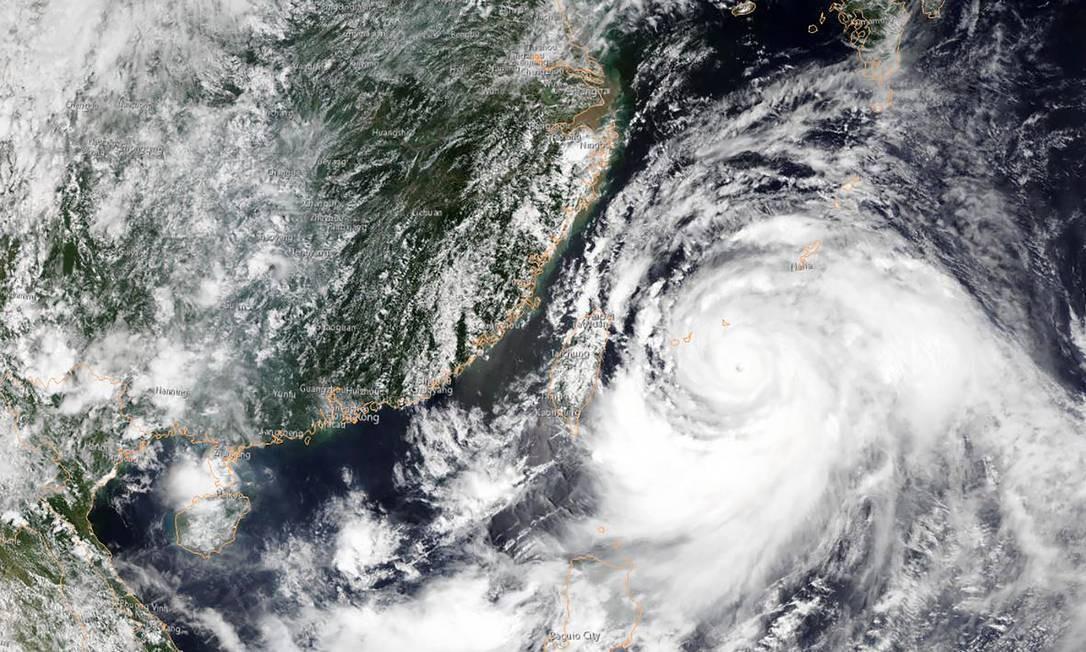 Imagem de satélite da Administração Nacional Oceânica e Atmosférica (NOAA) mostra o tufão Lekima se aproximando do sudeste da China Foto: HO / AFP