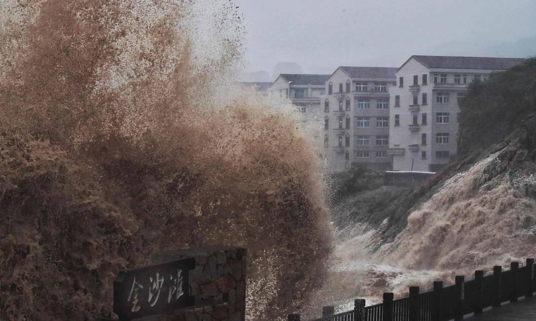 Fortes ondas atingiram a costa da província de Zhejiang, leste da China Foto: - / AFP
