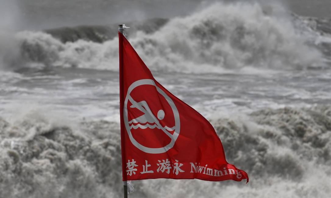 Um aviso de mar agitado em uma praia em Suao, no condado de Yilan, quando o tufão Lekima se aproximava de Taiwan Foto: SAM YEH / AFP