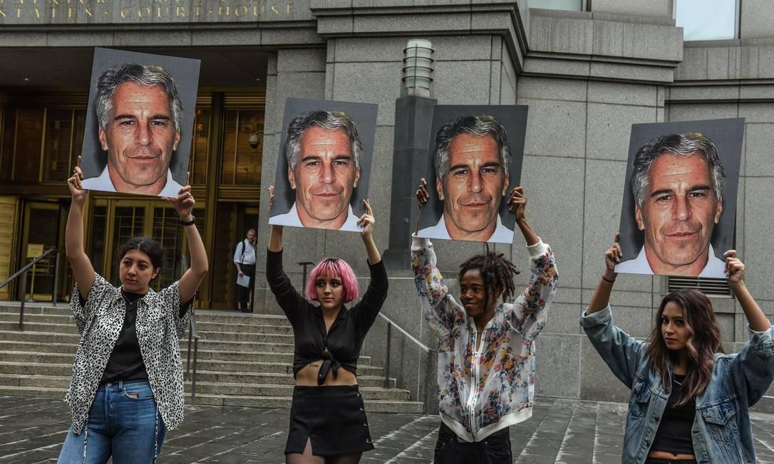 Manifestantes protestam contra Jeffrey Epstein, acusado de tráfico sexual de menores Foto: STEPHANIE KEITH / AFP