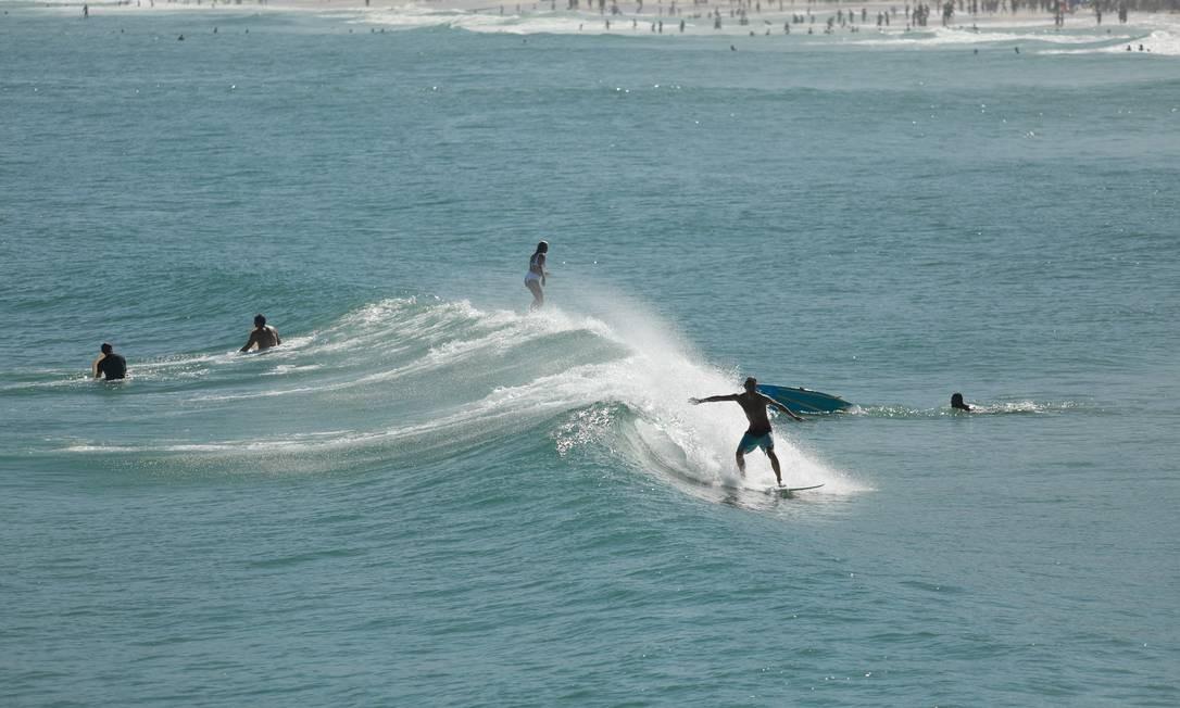 Apesar do mar registrar ondas baixas, algumas ondas se formavam e os surfistas aproveitaram o momento Foto: Brenno Carvalho / Agência O Globo