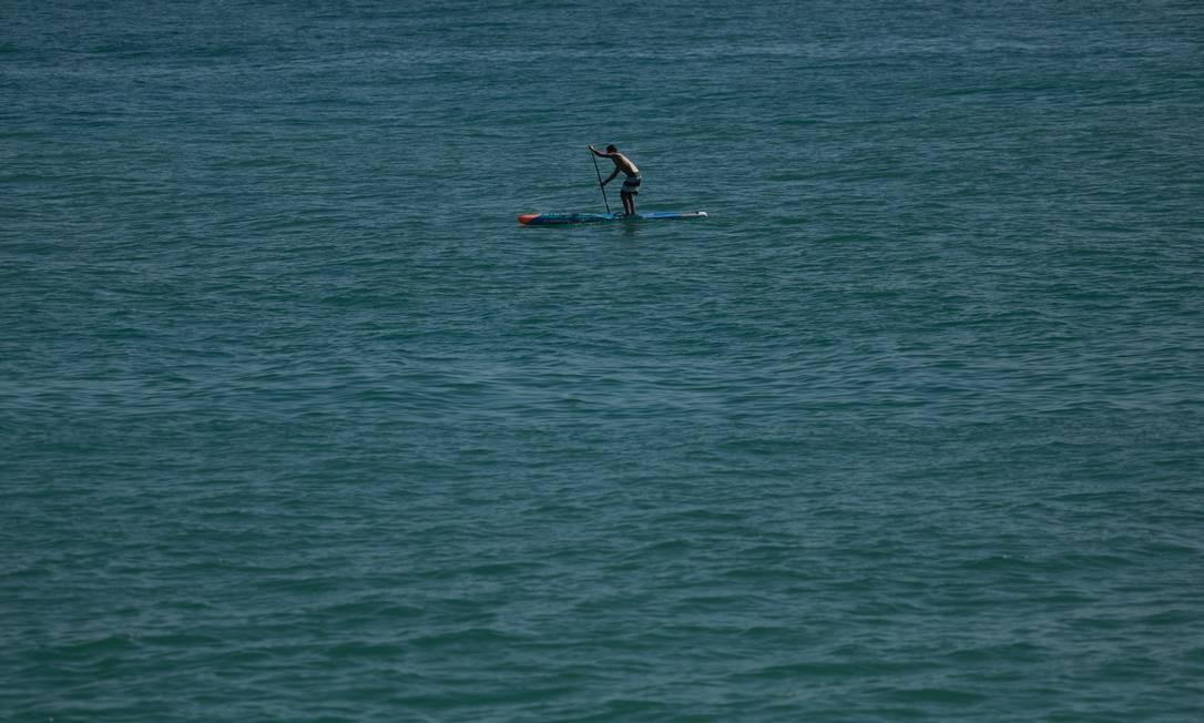 A calmaria das ondas ajudou quem se decidiu se aventura e passear no stand-up-paddle Foto: Brenno Carvalho / Agência O Globo