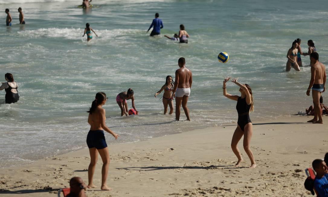 E há também quem aproveitou o sol para se exercitar. No registro: volei de praia improvisado à beira d'água Foto: Brenno Carvalho / Agência O Globo