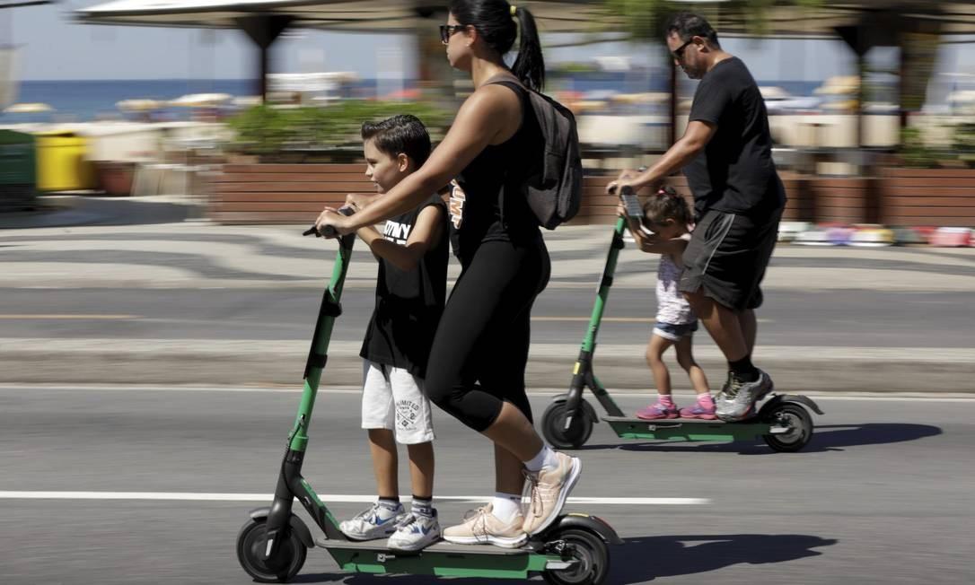 Família passeia na orla do Rio: dividir criação dos filhos é desejo da maioria Foto: Custódio Coimbra / Agência O Globo