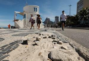 O calçadão do Leblon, um dos bairros mais caros da cidade, é um desafio para quem vai passear à beira-mar: pedestres precisam estar atentos para não correrem risco de cair em um de seus 40 buracos Foto: BRENNO CARVALHO / Agência O Globo