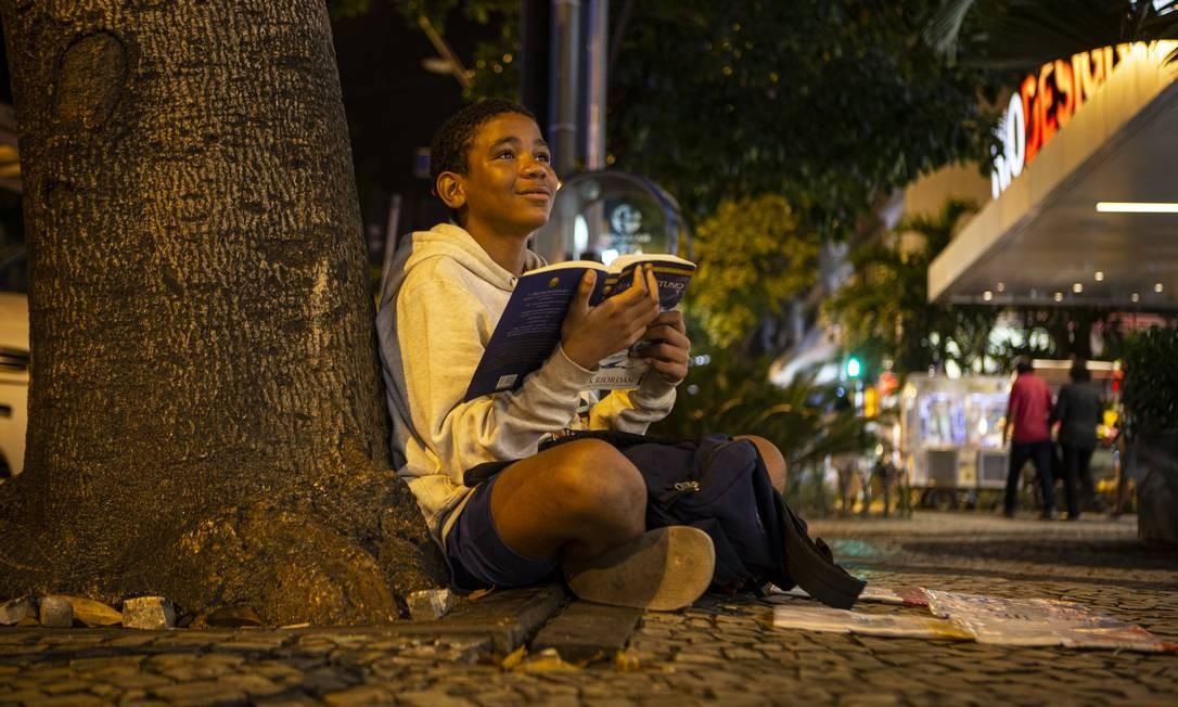 Fábio Oliveira de Araújo, de 13 anos, vende bala no Leblon e conquista clientes que doam livros para o menino apaixonado por arte e leitura Foto: Alexandre Cassiano / Agência O Globo