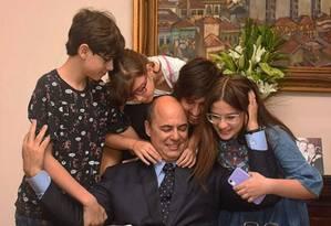 Governador Wilson Witzel sendo abraçado pelos filhos Foto: Redes sociais / Reprodução
