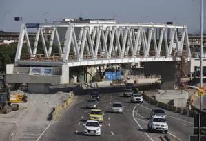 Viaduto da Transbrasil instalado recentemente no Caju não tem sinalização da altura Foto: Márcia Foletto / Agência O Globo