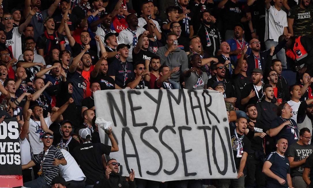 Torcida do PSG protesta contra Neymar Foto: FRANCK FIFE / AFP