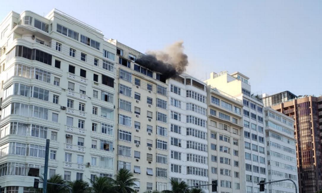 Em meio à bela paisagem, num dia de sol no Rio, fumaça preta do incêndio chamou atenção neste domingo Foto: Foto de leitor / Cadu Mesquita