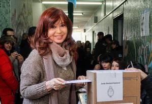 A ex-presidente argentina Cristina Kirchner vota nas primárias deste domingo em seu reduto eleitoral na província de Santa Cruz: boas chances de voltar ao poder Foto: WALTER DIAZ/Telam/AFP