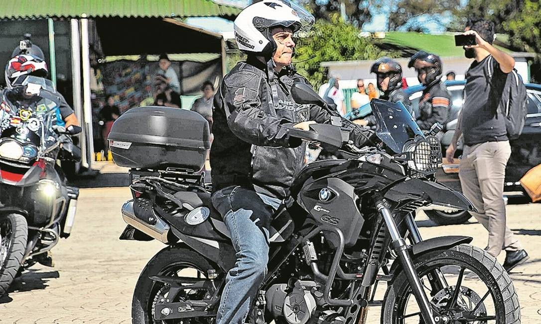 Domingo de lazer. Ontem, o presidente Jair Bolsonaro andou de moto e passeou de jet-ski acompanhado do ministro da Secretaria de Governo, Luiz Eduardo Ramos Foto: José Cruz / Agência Brasil