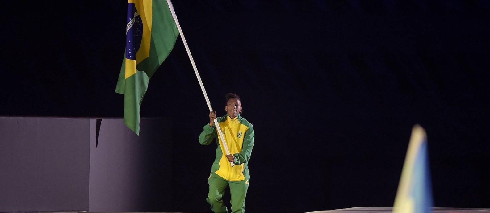Rafaela Silva, ouro no judô, foi porta-bandeira do Brasil na cerimônia de encerramento Foto: Alexandre Loureiro/COB / Alexandre Loureiro/COB
