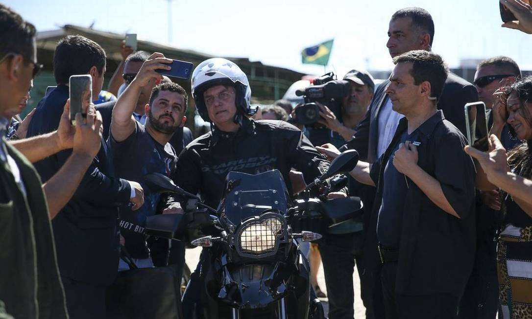 Jair Bolsonaro anda de moto, na companhia do ministro da Secretaria de Governo, Luiz Eduardo Ramos, na manhã de domingo (11/08), Brasília Foto: José Cruz / Agência Brasil