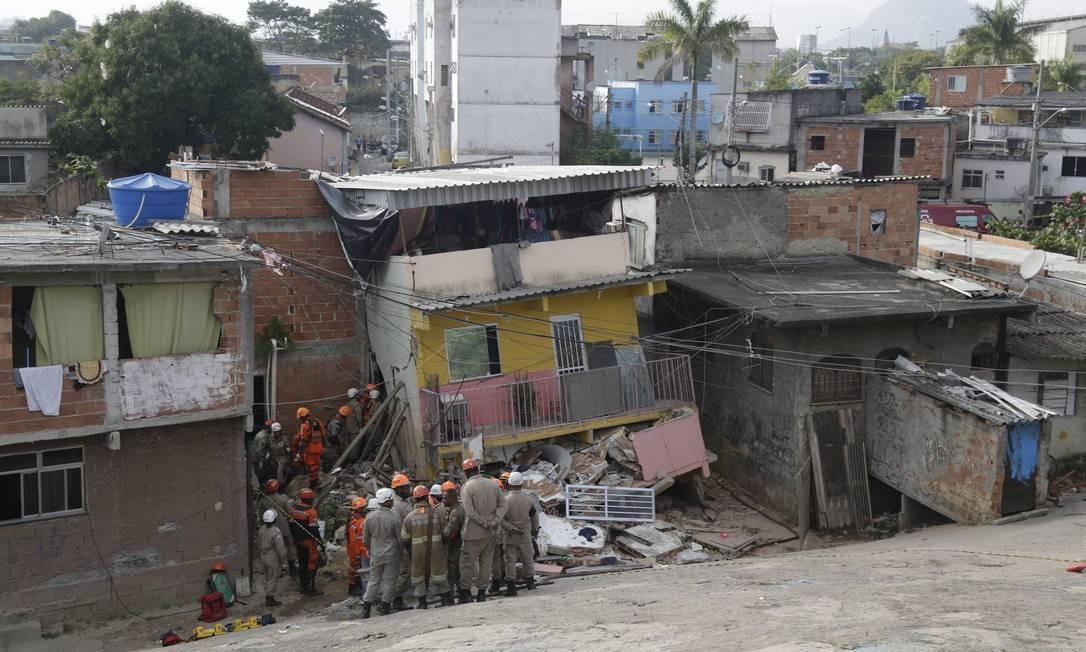 Bombeiros no trabalho de resgate de mãe e filho nos escombros de imóvel que desabou em Curicica Foto: Gabriel Paiva / Agência O Globo