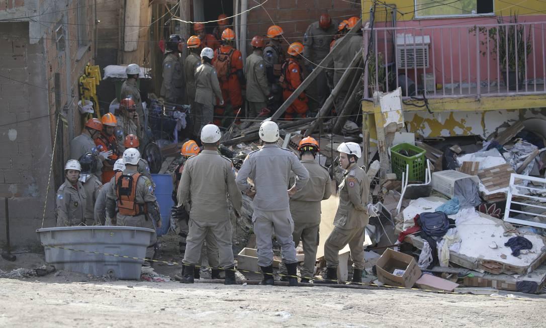 Por volta das 8h50, os bombeiros conseguiram se comunicar com duas vítimas que estavam sob os escombros Foto: Gabriel Paiva / Agência O Globo
