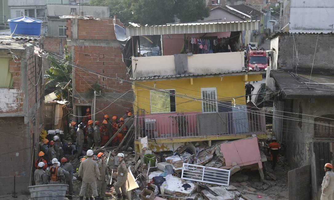 Um prédio de três andares desabou em Curicica, Jacarepaguá, soterrando dois moradores Foto: Gabriel Paiva / Agência O Globo