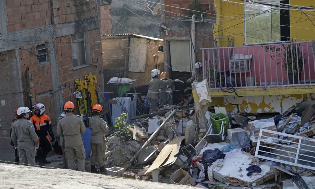 A mãe se preparava para levar o menino para a escola quando o prédio desabou Foto: Gabriel Paiva / Agência O Globo