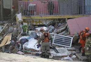 Testemunhas disseram que o pai da criança chegava do trabalho quando o imóvel desabou Foto: Gabriel Paiva / Agência O Globo
