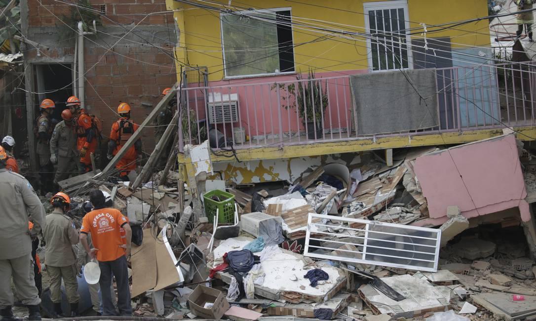 Bombeiros trabalham no resgate das duas vítimas Foto: Gabriel Paiva / Agência O Globo