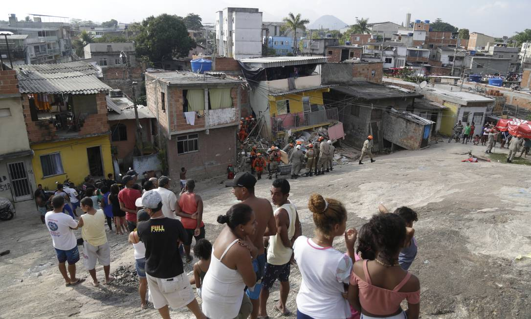 Moradores observam trabalho dos bombeiros em busca de vítimas de desabamento em Curicica Foto: Gabriel Paiva / Agência O Globo